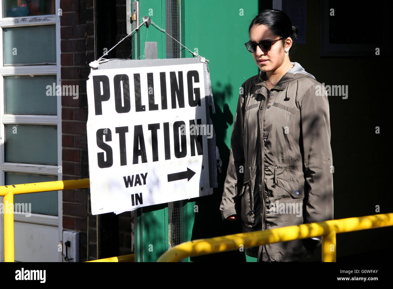 London, UK. 5th May 2016. First time voter leaves at the polling station at Chestnuts Primary School, Tottenham, - Stock Image