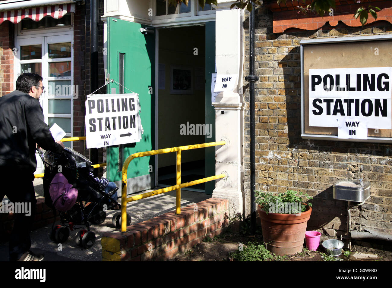 London, UK. 5th May 2016. A voter arrives at the polling station at Chestnuts Primary School, Tottenham, North London - Stock Image