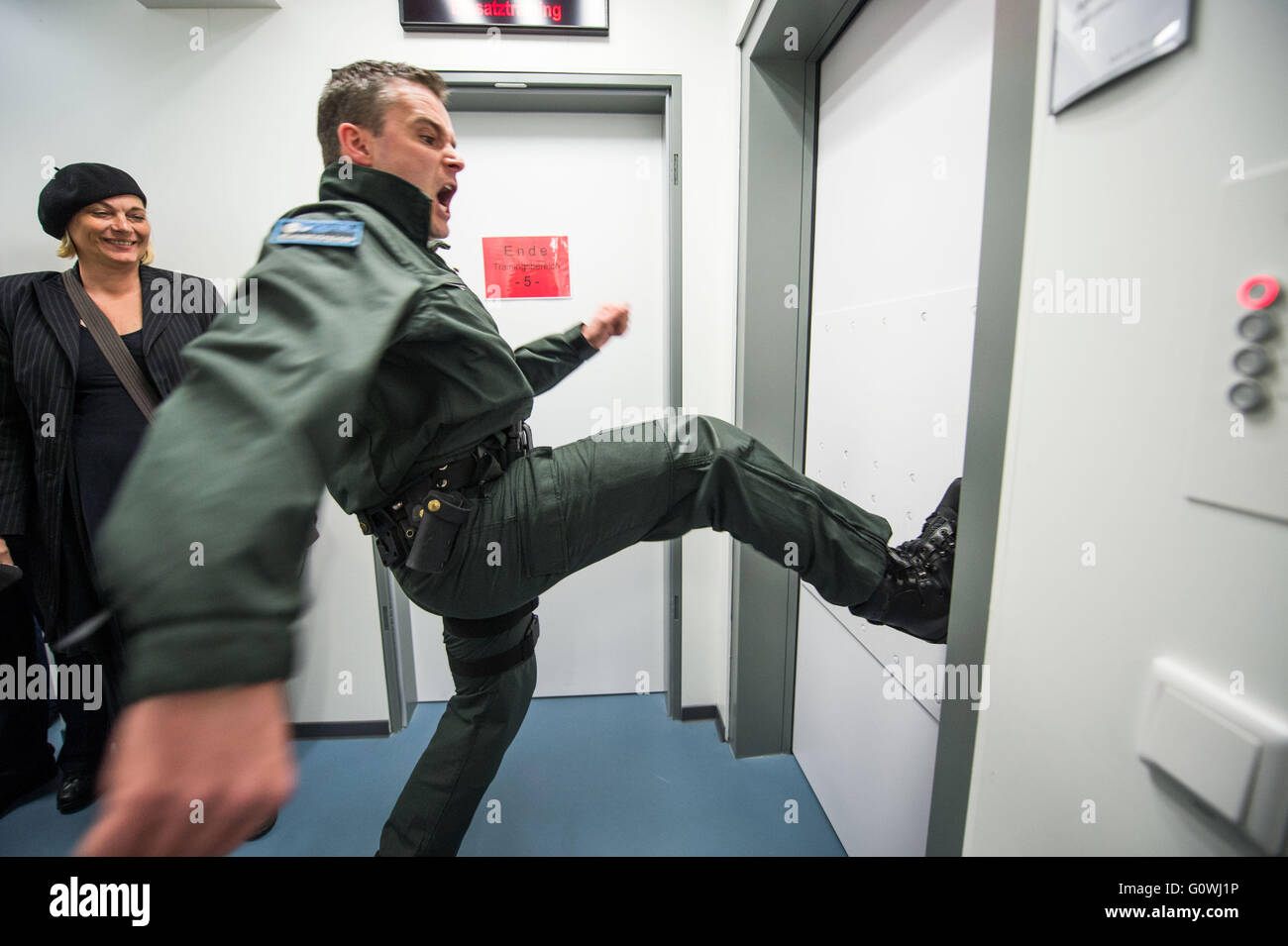 Superieur A Police Officer Demonstrates How To Kick In A Door In The Line Of Duty In  The New Police Regional Training Center (RTZ) In Dortmund, Germany, 04 May  2016.