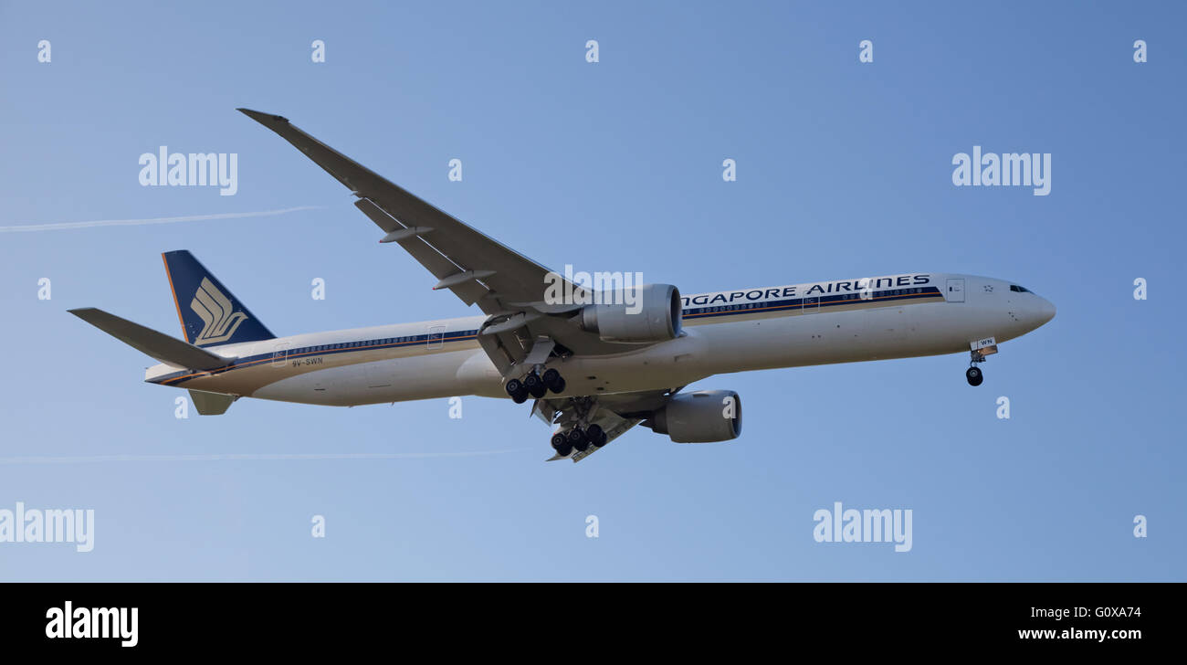 Singapore Airlines Boeing 777 9V-SWN coming into land at London Heathrow Airport LHR Stock Photo