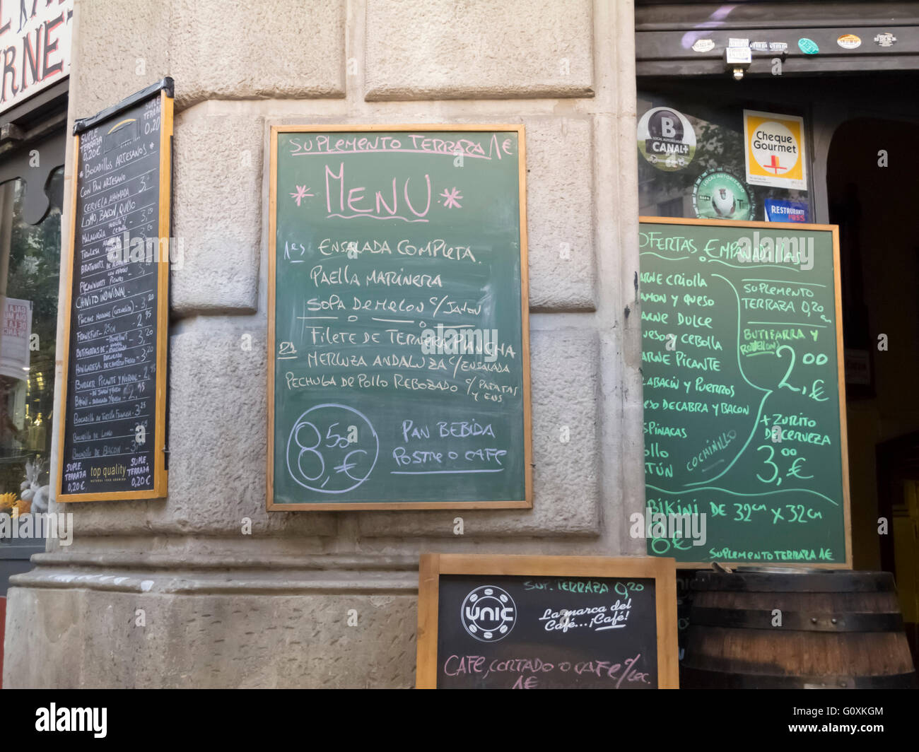 Chalkboard signs outside La Taberneta Cerveseria Spanish bar, Barcelona, Spain - Stock Image