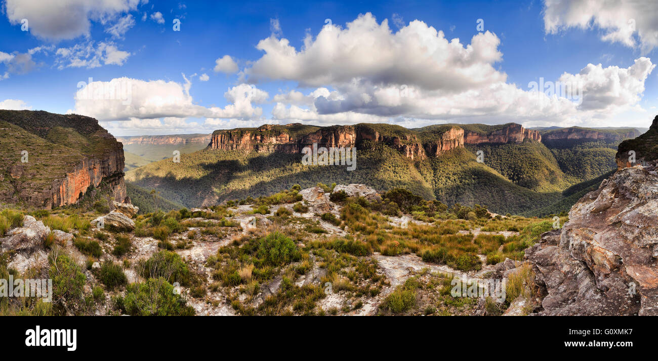 End to end panorama of Grand Canyon rock walls and cliffs as seen from Walls lookout in Blue Mountains national - Stock Image