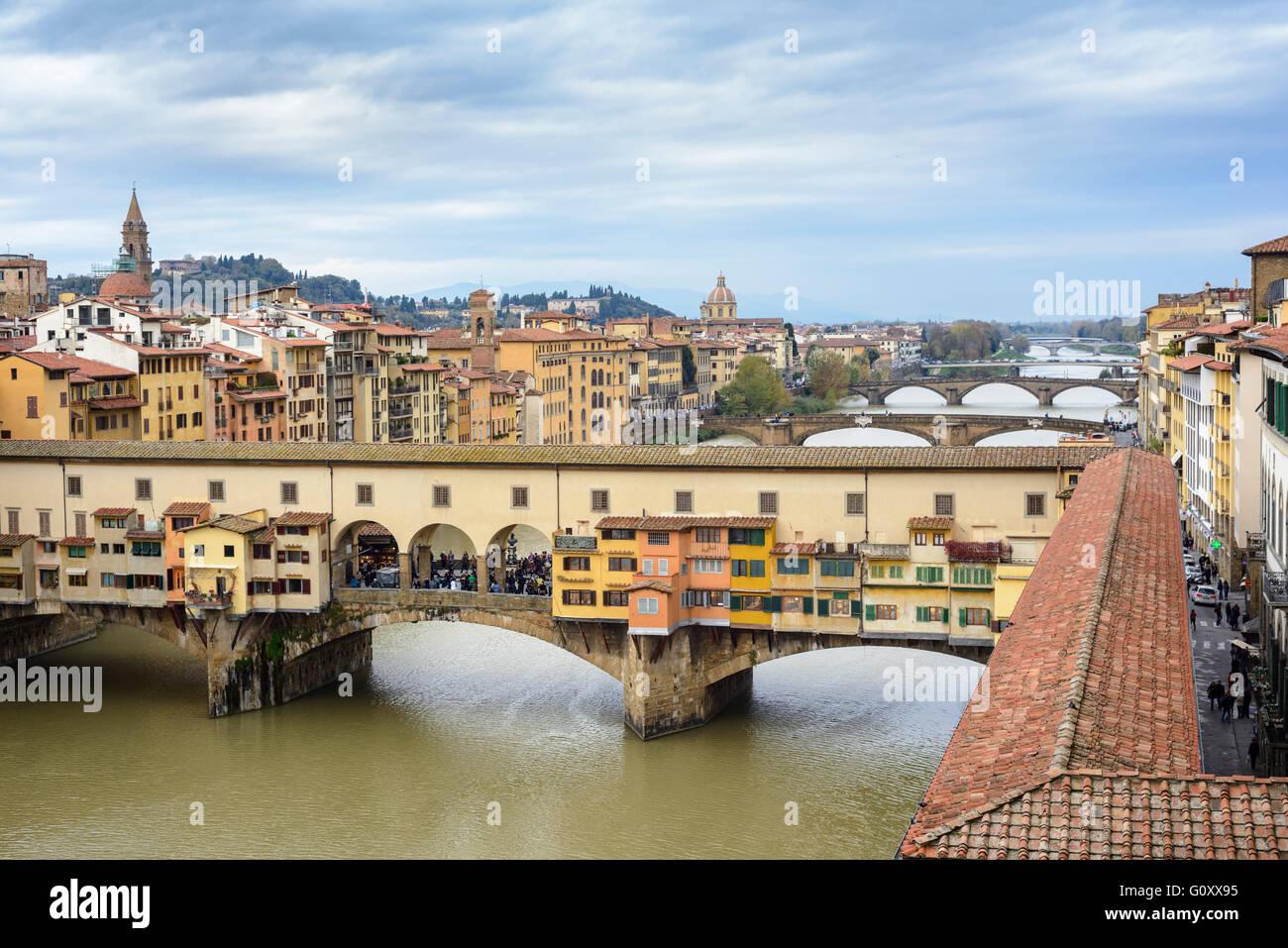 Florence. Italy. Ponte Vecchio and the Vasari Corridor crossing the River Arno. - Stock Image