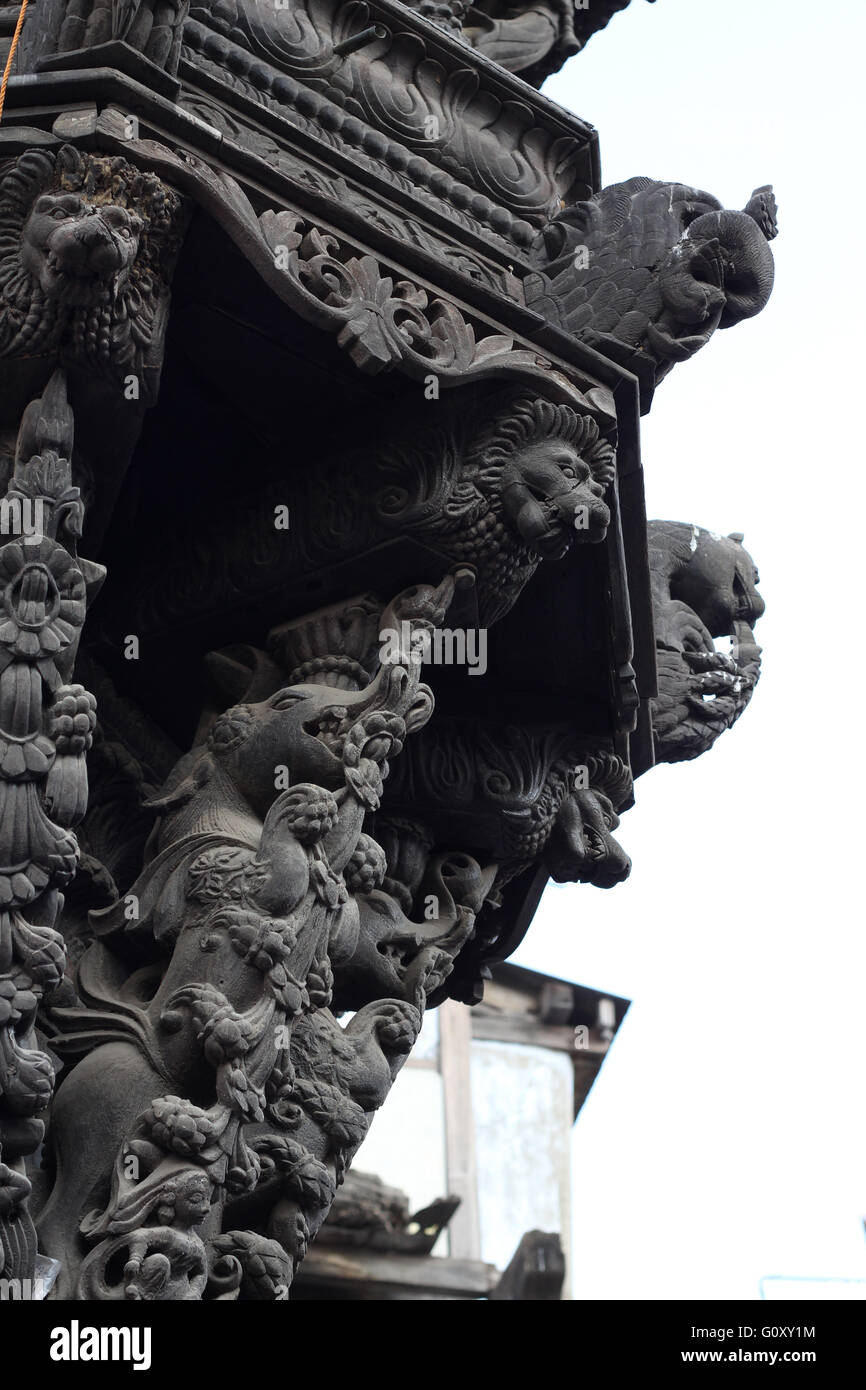 Intricate carving on wooden pillar, indo persian style, found in Ahmedabad, Gujarat - Stock Image