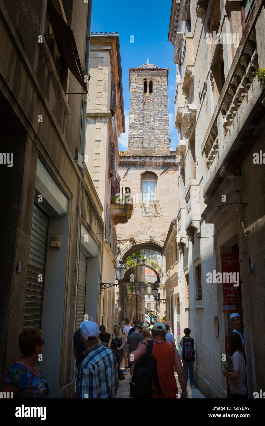 Split, Dalmatian Coast, Croatia.  Typical scene in crowded narrow street of old town. - Stock Image