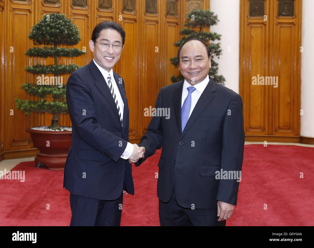 Hanoi, Vietnam. 5th May, 2016. Japanese Foreign Minister Fumio Kishida (L) meets with Vietnam's Prime Minister - Stock Image