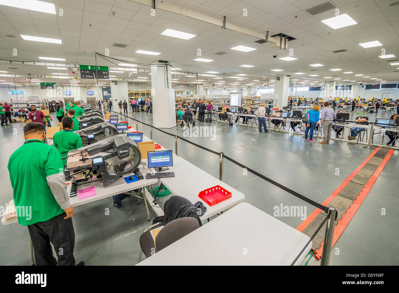 London, UK. 6th May, 2016.  The DRS count machines operated by colour coded count staff - The counts for the Mayor - Stock Image