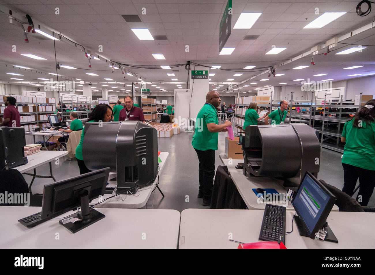 London, UK.  6 May 2016.  Counters attend automated counting machines which process voting papers.  Votes for the - Stock Image