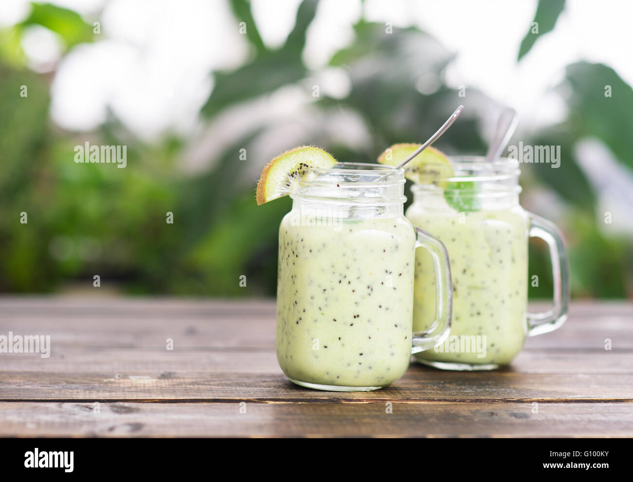 Kiwi green detox smoothie in two cups - Stock Image