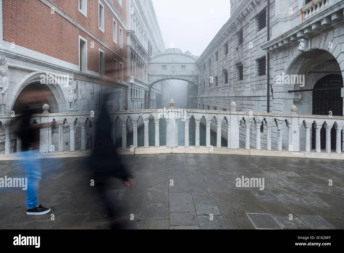 Die Seufzerbrücke im Nebel. Sie verbindet den Dogenpalast und die Prigioni nuove, das neue Gefängnis in - Stock Image