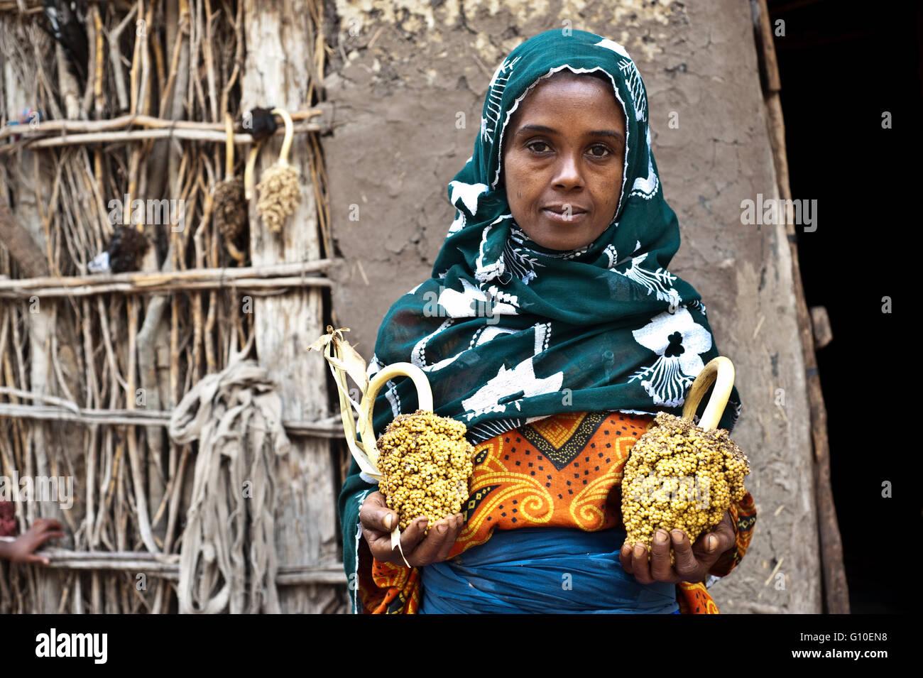 Muslim woman holding sorghum ( Ethiopia) - Stock Image