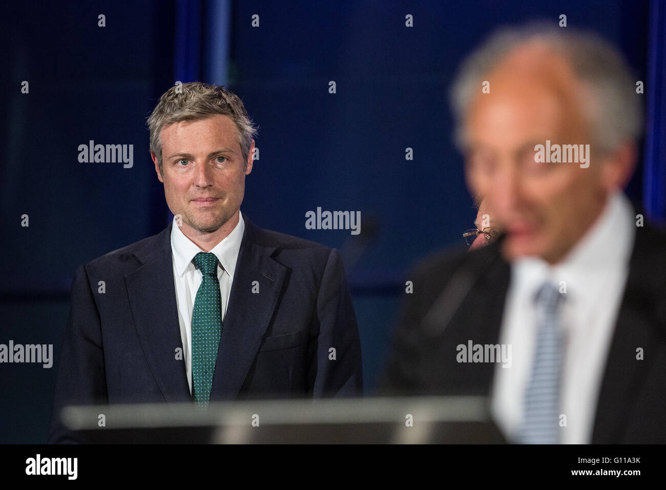 London, UK. 7th May, 2016. Conservative candidate Zac Goldsmith listens to the announcement of the results of the - Stock Image