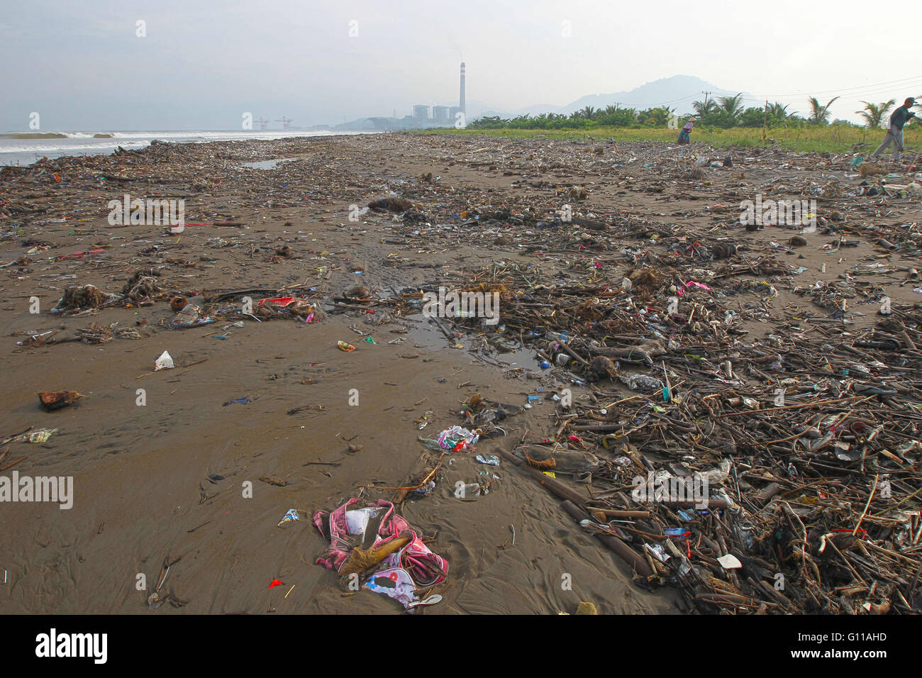 Sukabumi, West Java, Indonesia. 5th May, 2016. Garbage on Loji beach, Sukabumi, West Java. Marine debris is mainly - Stock Image
