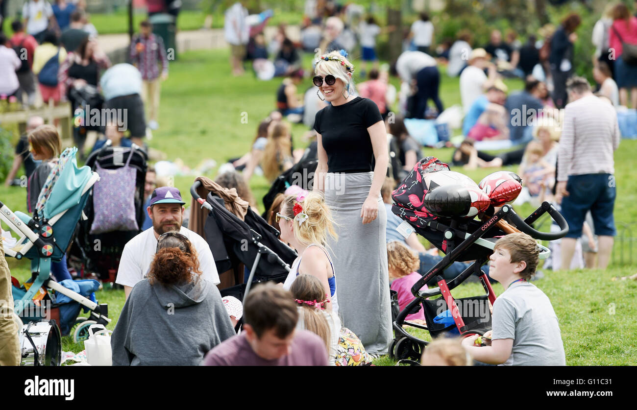 Brighton UK 7th May 2016 - People enjoy picnics in the sunshine in Pavilion Gardens Brighton today as temperatures - Stock Image