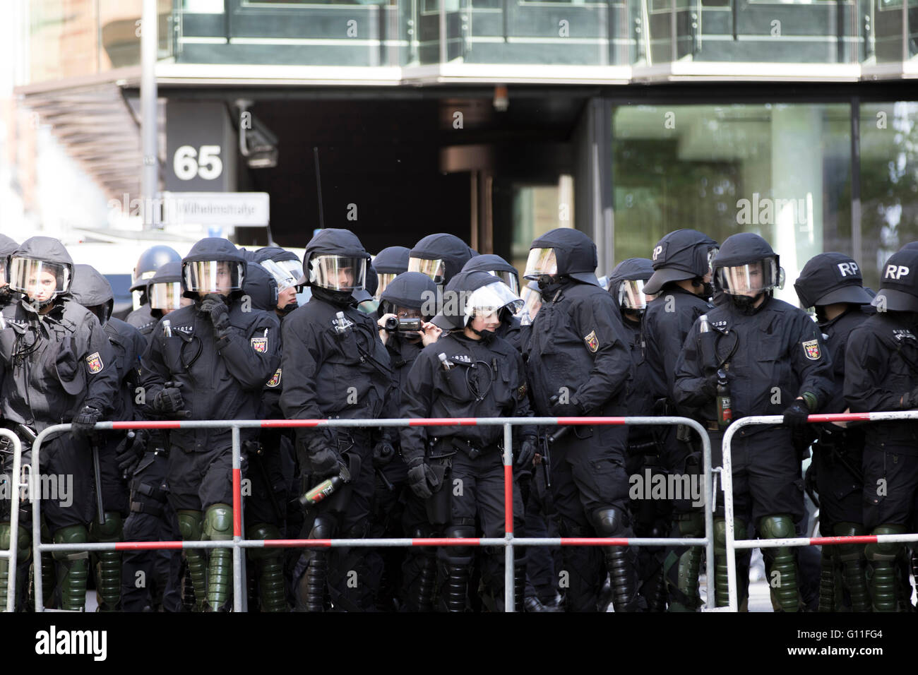 Thousands of anti-fascist campaigners held a counter protest against right-wing groups in Berlin. Hundreds of police - Stock Image