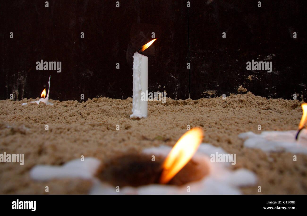 Kerzen an der Gedenkstaette fuer die Opfer der Berliner Mauer in der Benauerstrasse am Jahrestag des Mauerfalls, - Stock Image