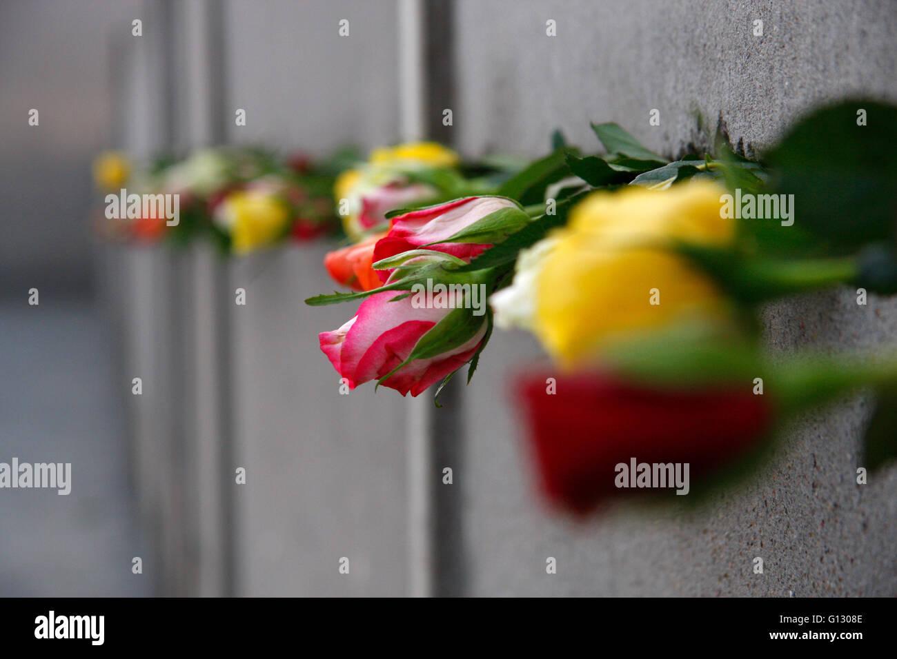 Blumen an der Gedenkstaette fuer die Opfer der Berliner Mauer in der Benauerstrasse am Jahrestag des Mauerfalls, - Stock Image