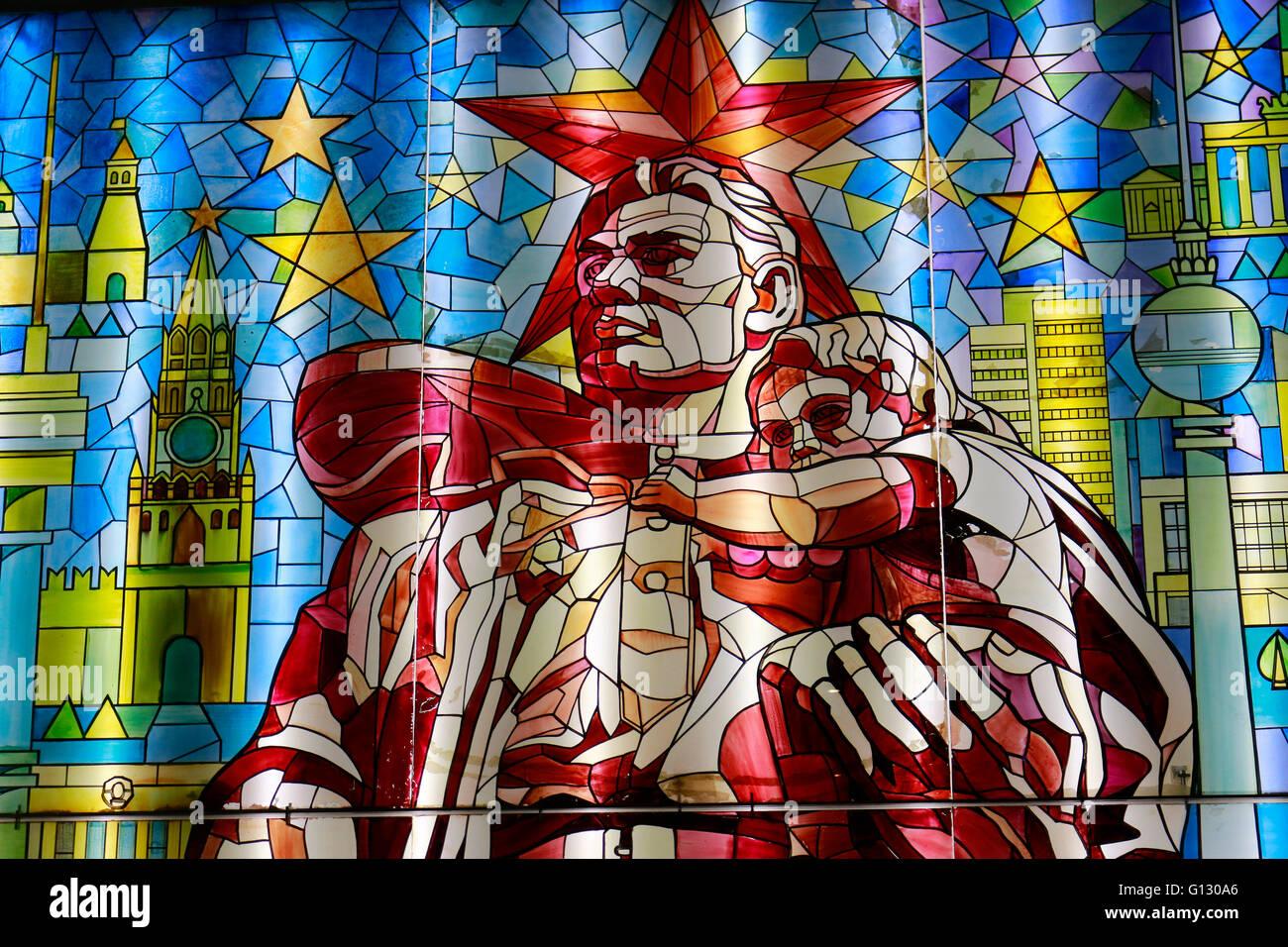 Glasbild: sowjetischer Soldat mit kleinem Maedchen - Deutsch Russisches Museum, Berlin-Karlshorst. - Stock Image
