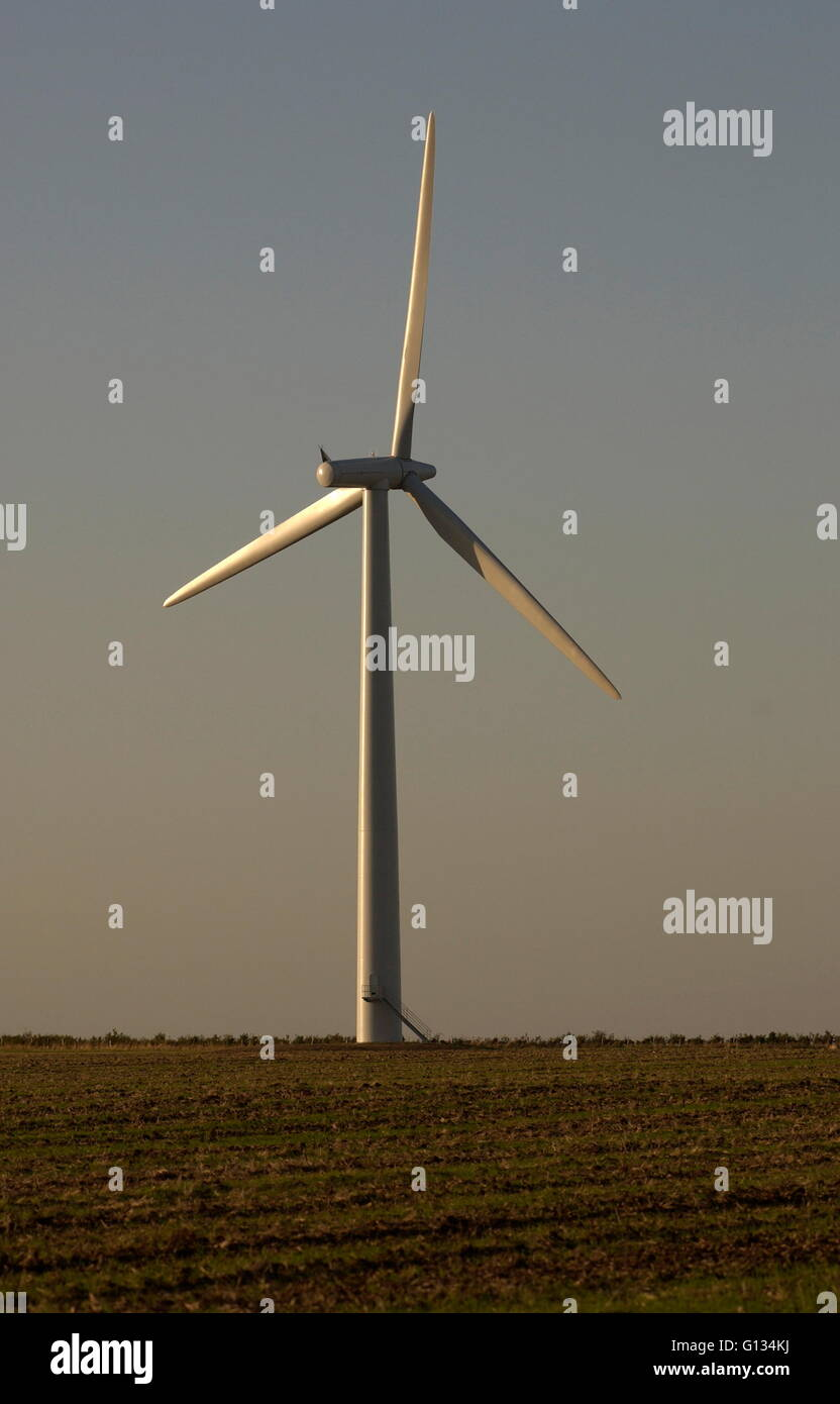 AJAXNETPHOTO - SEPT, 2009. OXFORDSHIRE, ENGLAND. - WIND TURBINE GENERATES ELECTRICTY FOR LOCAL CO-OPERATIVE. PHOTO:JONATHAN - Stock Image