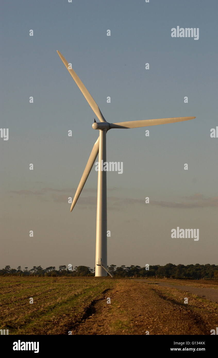 AJAXNETPHOTO - SEPT, 2009. OXFORDSHIRE,ENGLAND. - WIND TURBINE GENERATES ELECTRICTY FOR LOCAL CO-OPERATIVE. PHOTO:JONATHAN - Stock Image