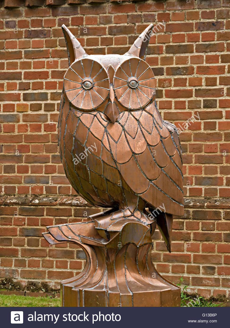 Owl Sculpture In Garden Stock Photos & Owl Sculpture In Garden Stock ...