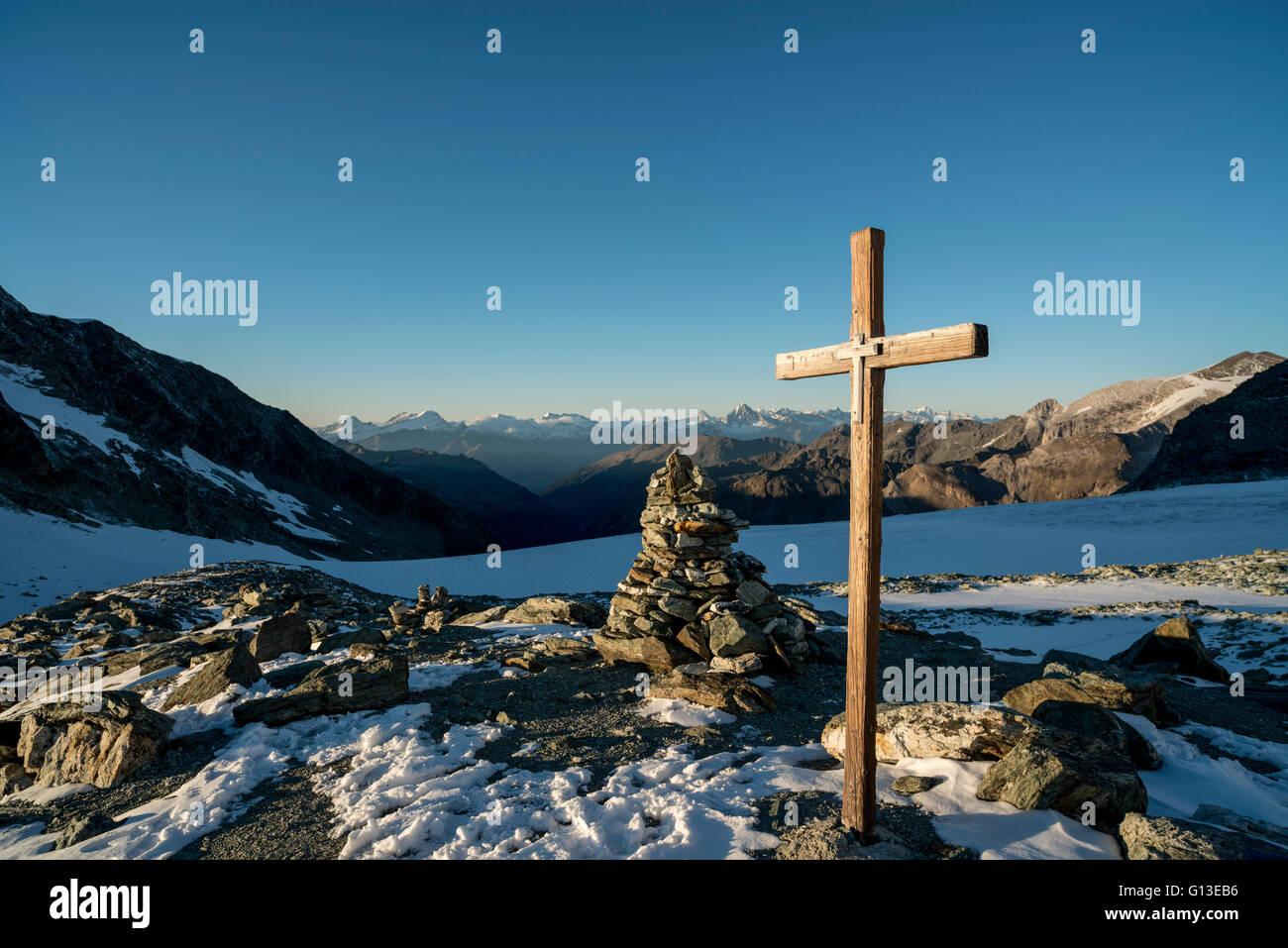 Abendstimmung vor der Tracuithütte. Walliser Alpen Schweiz Sunset at the Tracuit Hut. Valais Alps Switzerland - Stock Image
