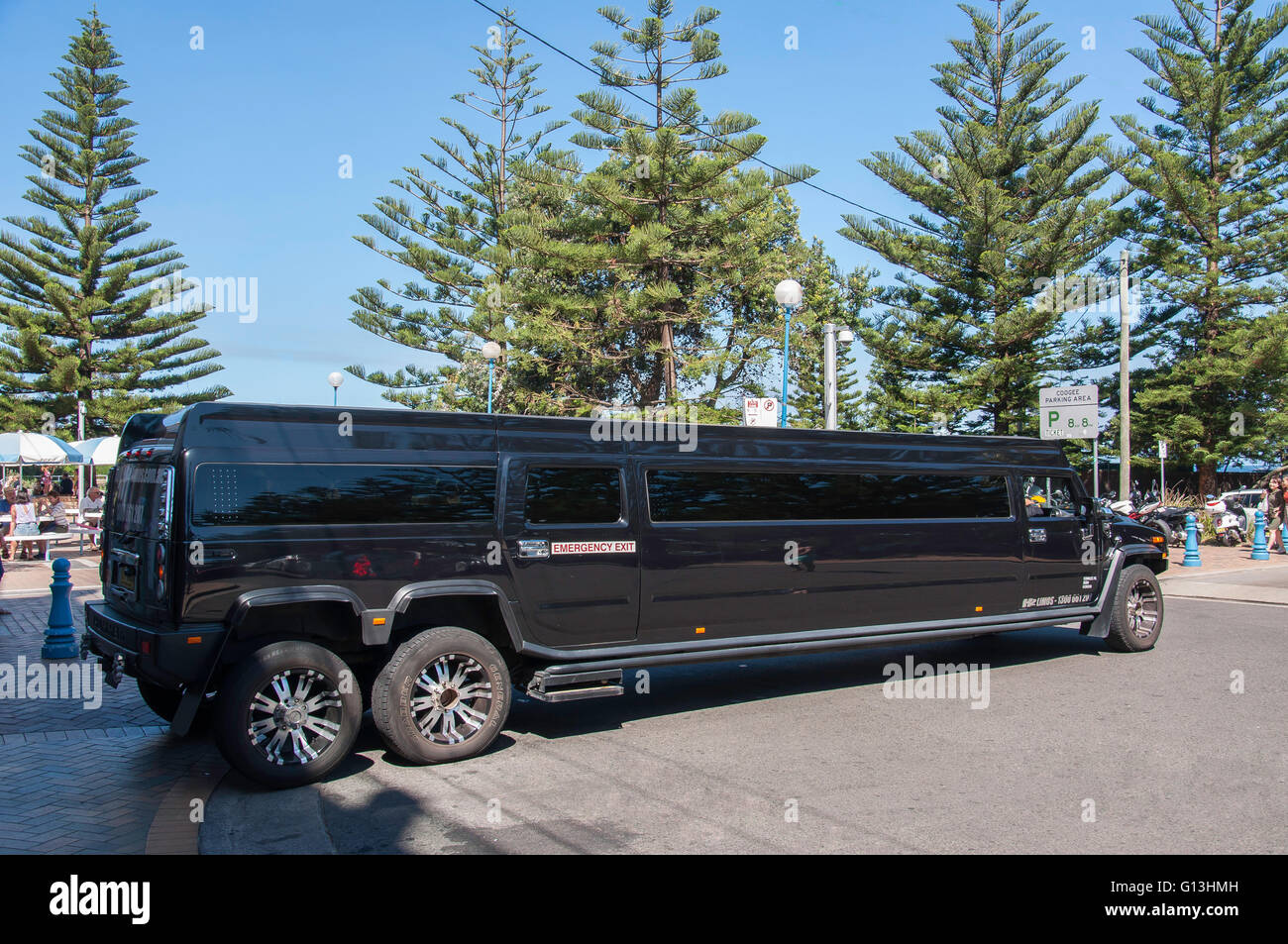 H2 Hummer stretch limousine at Coogee Beach, Coogee, Sydney, New South Wales, Australia - Stock Image