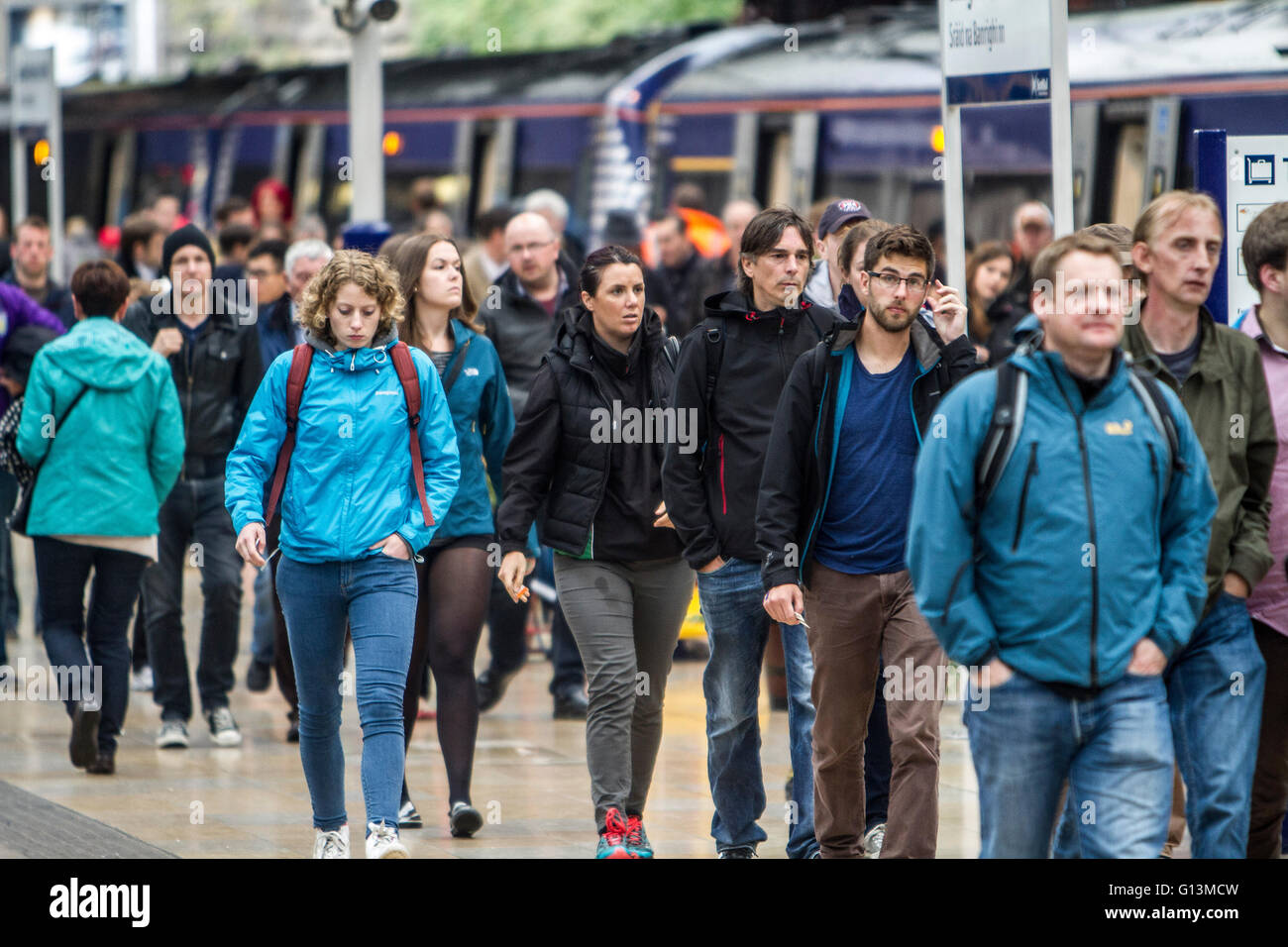 Bust train station and platform - Stock Image