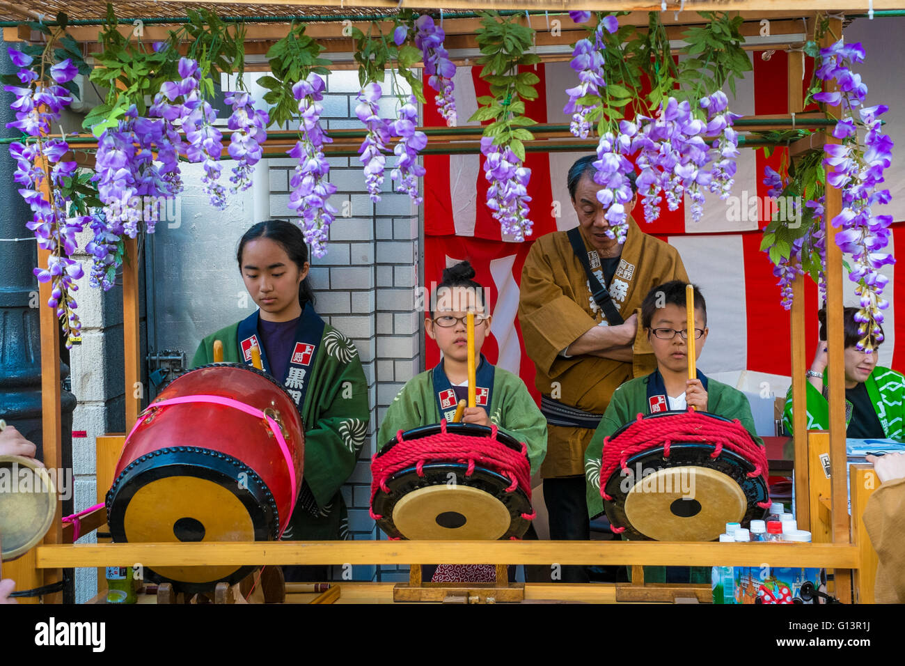 Children playing the drums for the Sanja Matsuri festival in Tokyo - Stock Image