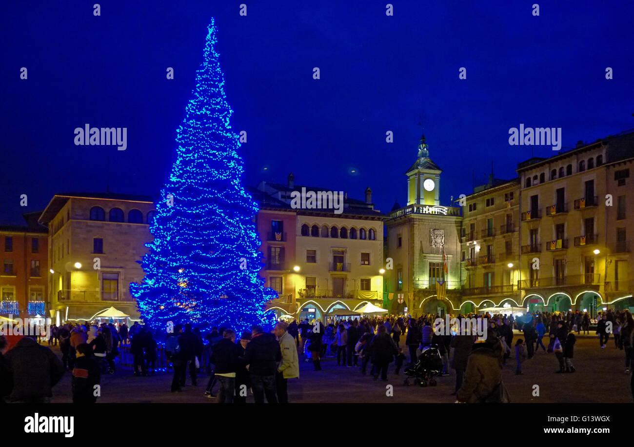 PLAÇA MAJOR, VIC, CATALONIA, SPAIN, at night during christmas season with large christmas tree - Stock Image
