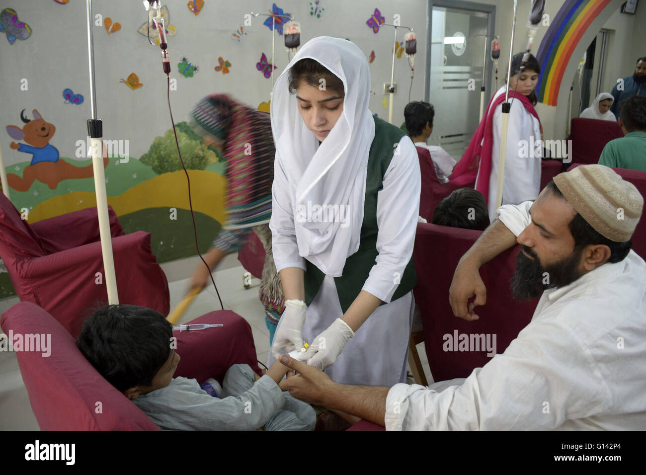 Lahore, Pakistan. 8th May, 2016. A Pakistani patient suffering from thalassemia receives treatment on World Thalassemia - Stock Image