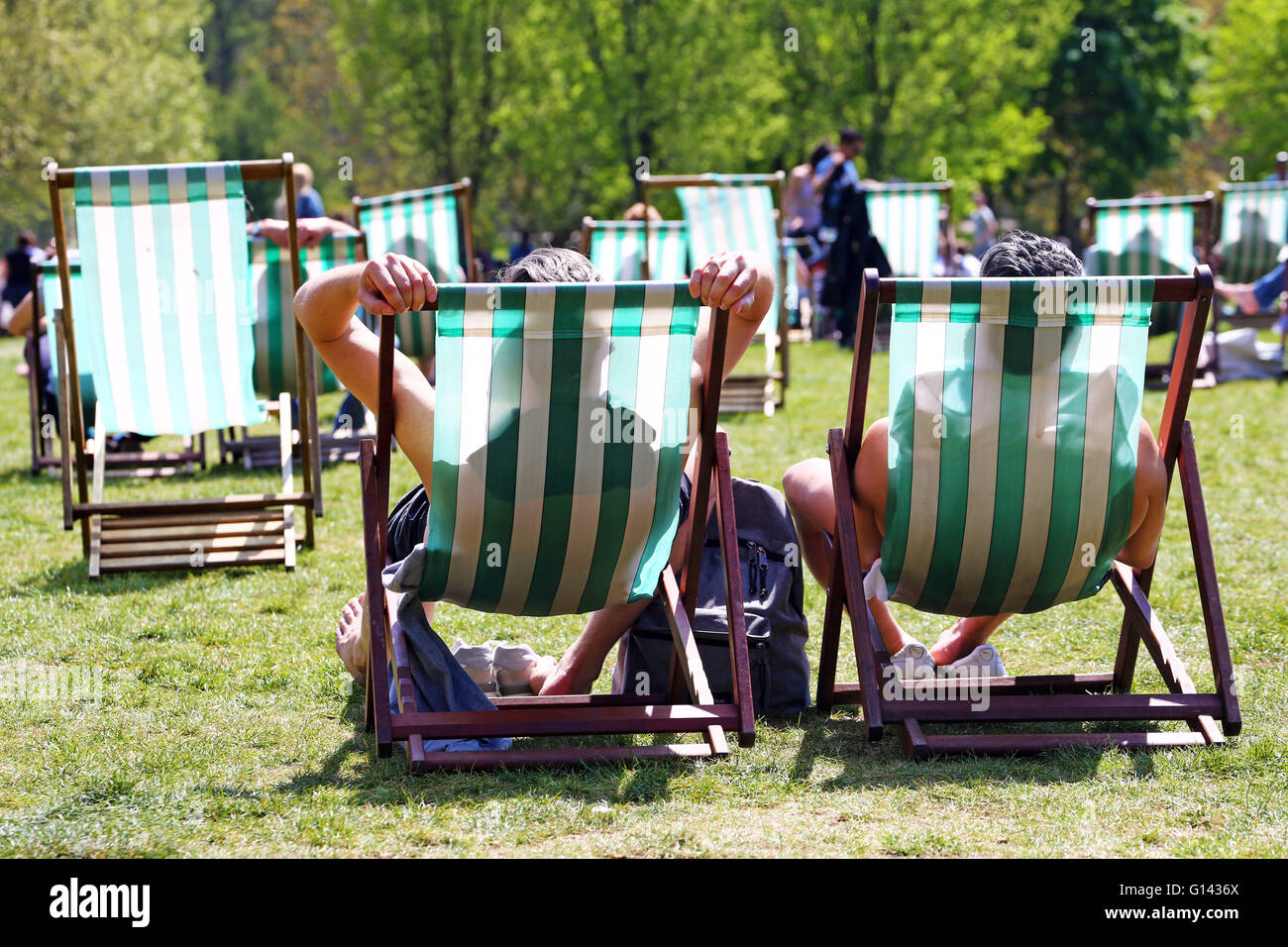London, UK. 8th May 2016. Hot Summer Weather brings people out sunbathing in deckchairs in Green Park in London, - Stock Image
