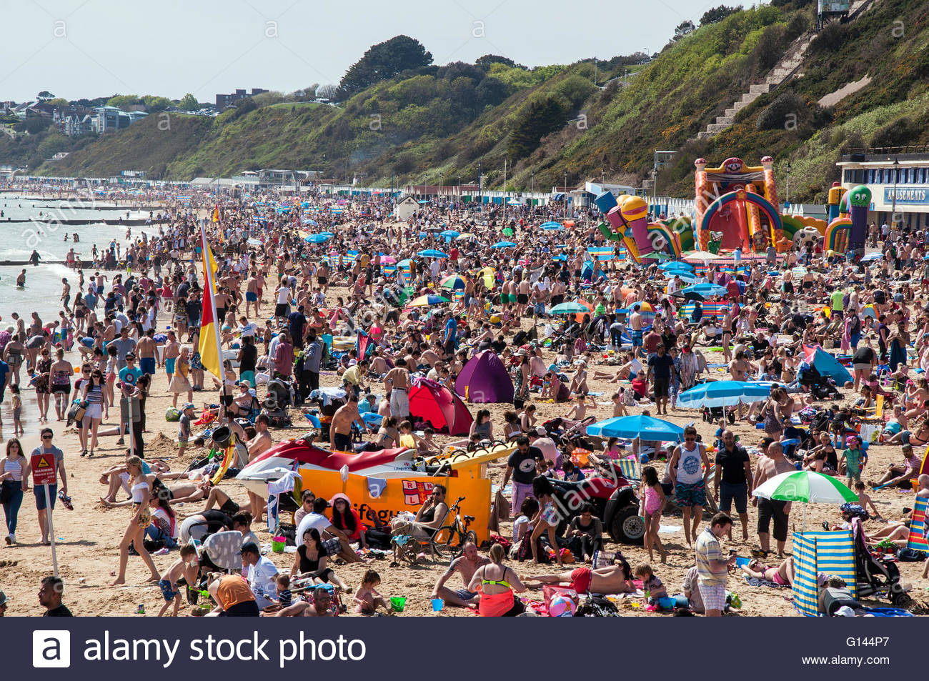 Bournemouth, Dorset, England. 8th May 2016. Sunny and hot weather attracts thousands of people to the beach in Bournemouth, Stock Photo