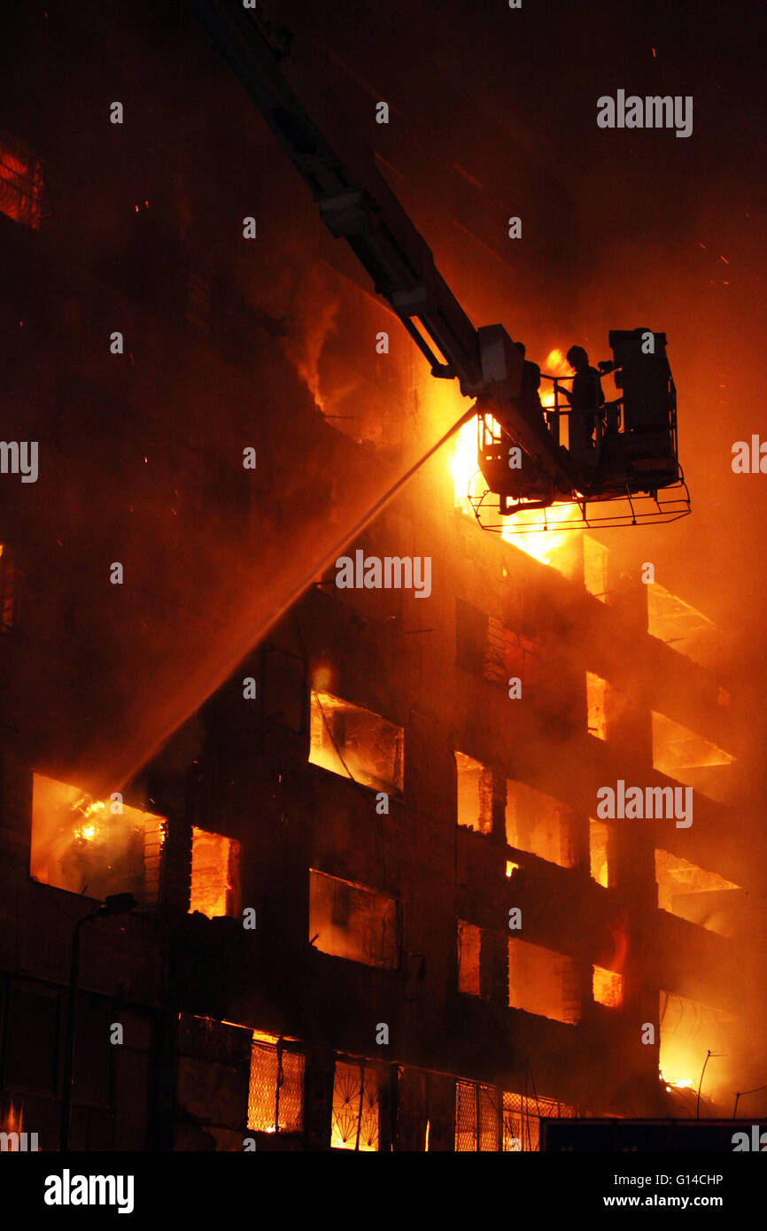 Cairo, Egypt in Cairo. 8th May, 2016. Firefighters try to cease the fire started in Sunday night at Attaba Market, - Stock Image