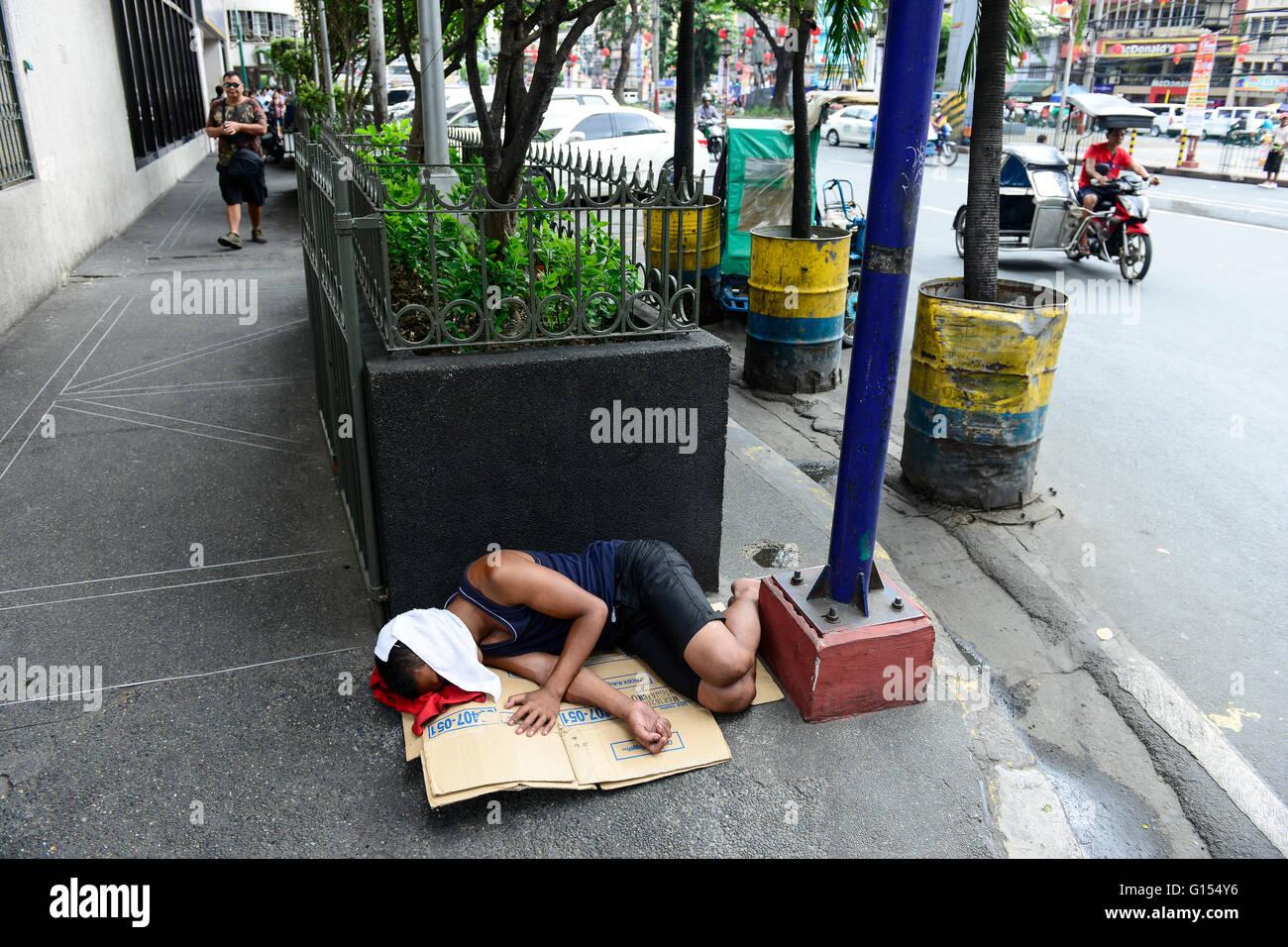 PHILIPPINES, Manila, China Town, sleeping homeless people / PHILIPPINEN, Manila, Chinatown, schlafende Obdachlose - Stock Image