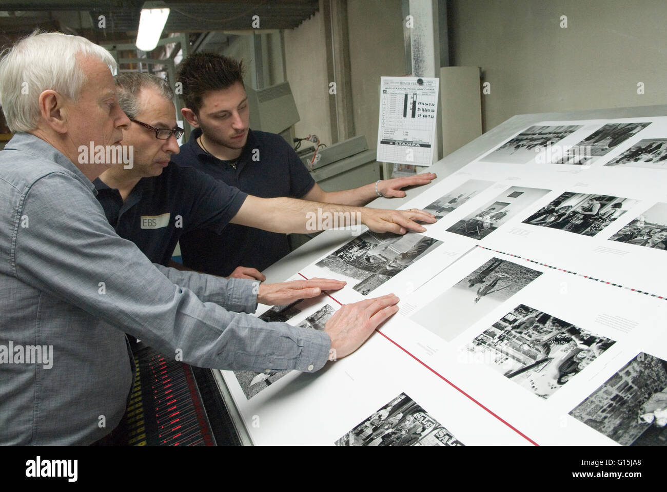 Italian printers Italy E B S Verona. Dewi Lewis an English photo book publisher checking quality HOMER SYKES - Stock Image