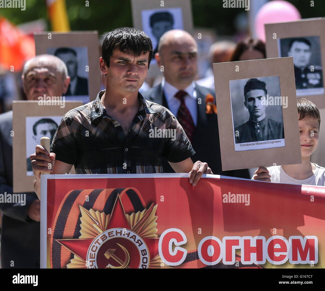 Tskhinval, South Ossetia. 9th May, 2016. South Ossetian people with photographs of their family members who fought - Stock Image