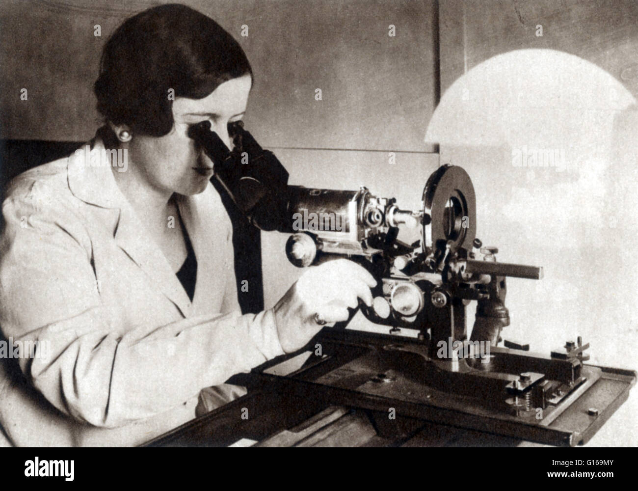 Powerful photomicrograph apparatus capable of magnification of more than 1,000 diameters, 1933. A micrograph, or - Stock Image