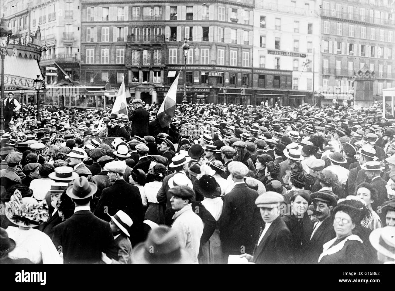 French reservists and crowd at the Gare de Paris-Est (train station), Paris during the beginning of World War I. - Stock Image