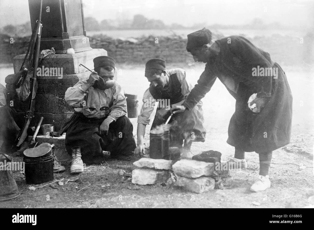 French Zouave soldiers drinking with ladles, during the beginning of World War I. Zouave was the title given to - Stock Image