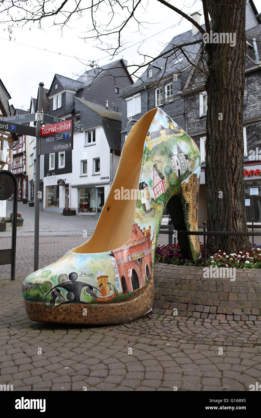 Monstiletto, oversized high heel, EU size 302, right shoe, city art outside lead to the new fashion outlet - Stock Image