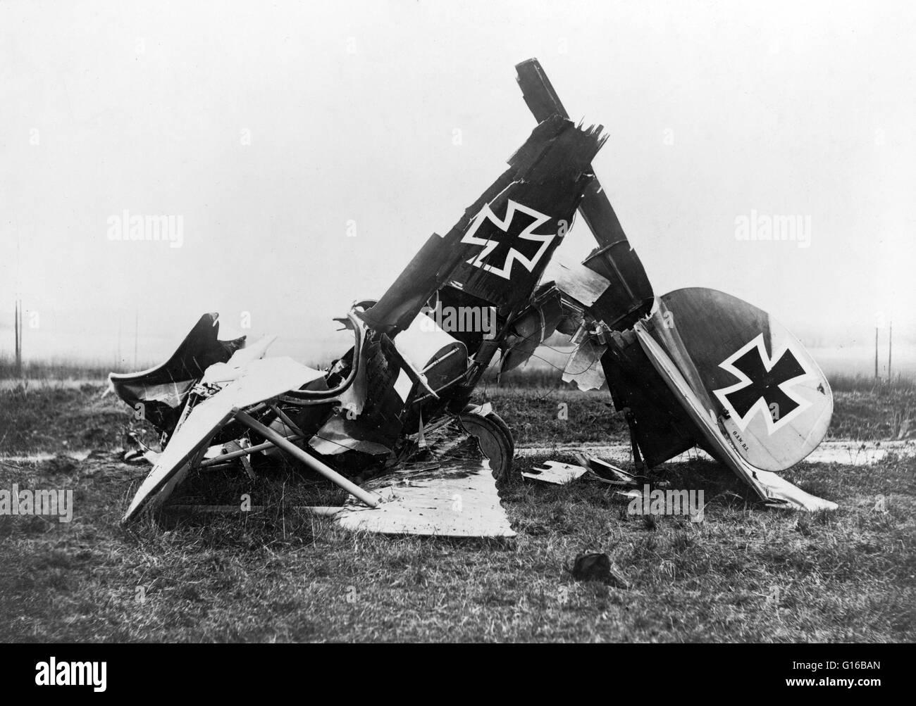 """Wreckage of a German Albatross D. III fighter biplane. On rudder of plane: """"O.A.W. D.3"""" for the manufacturer Ostdeutsche Stock Photo"""