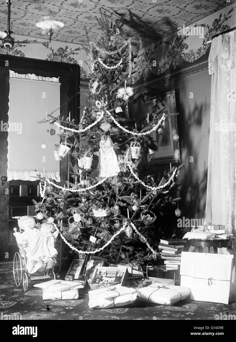 Entitled: 'Christmas tree in the Wright home, 7 Hawthorn Street, Dayton, Ohio', 1900. One of the main reasons - Stock Image