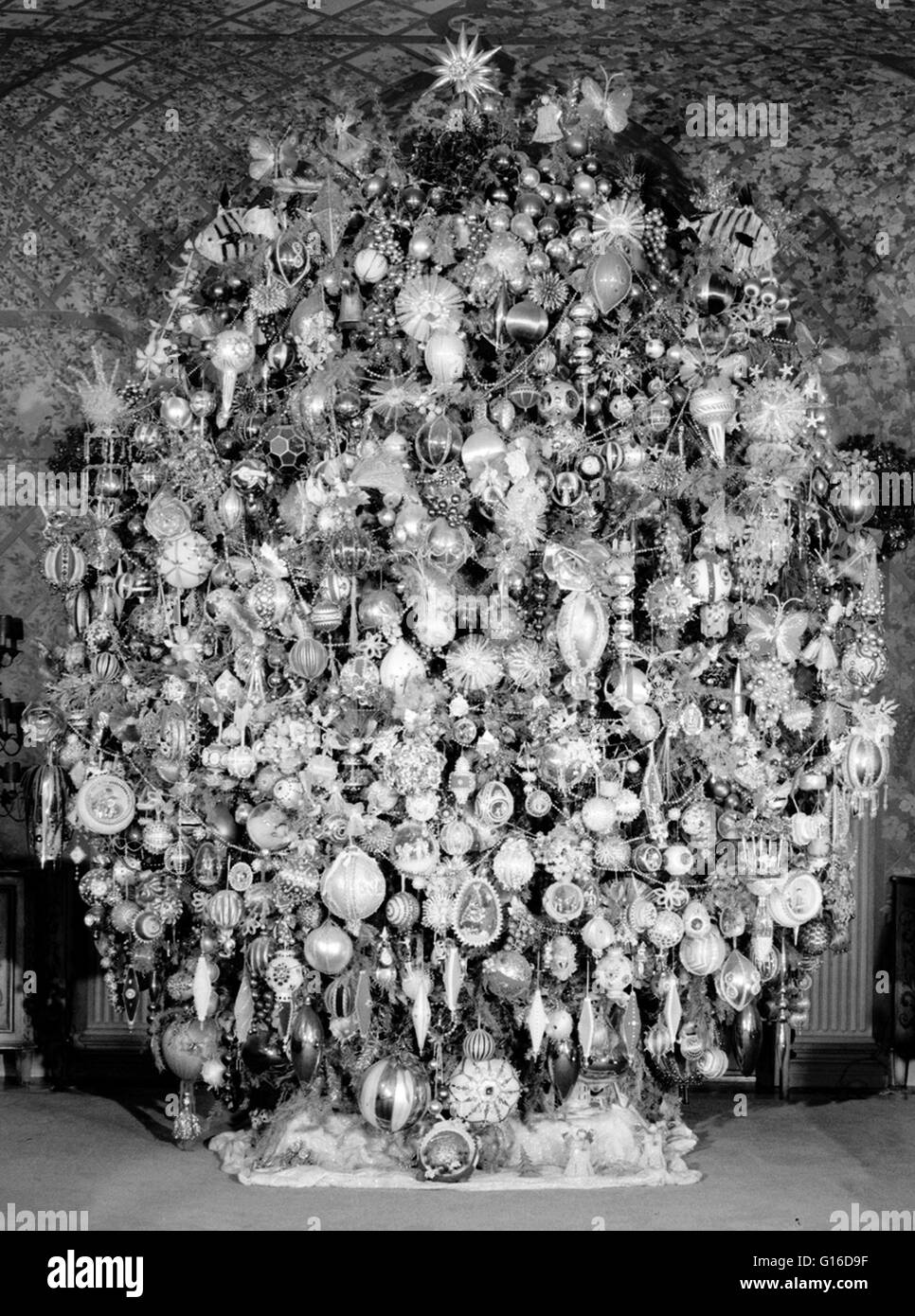 Entitled: 'Room with Christmas tree - Harold Lloyd Estate, Beverly Hills, Los Angeles County, CA.' A Christmas - Stock Image