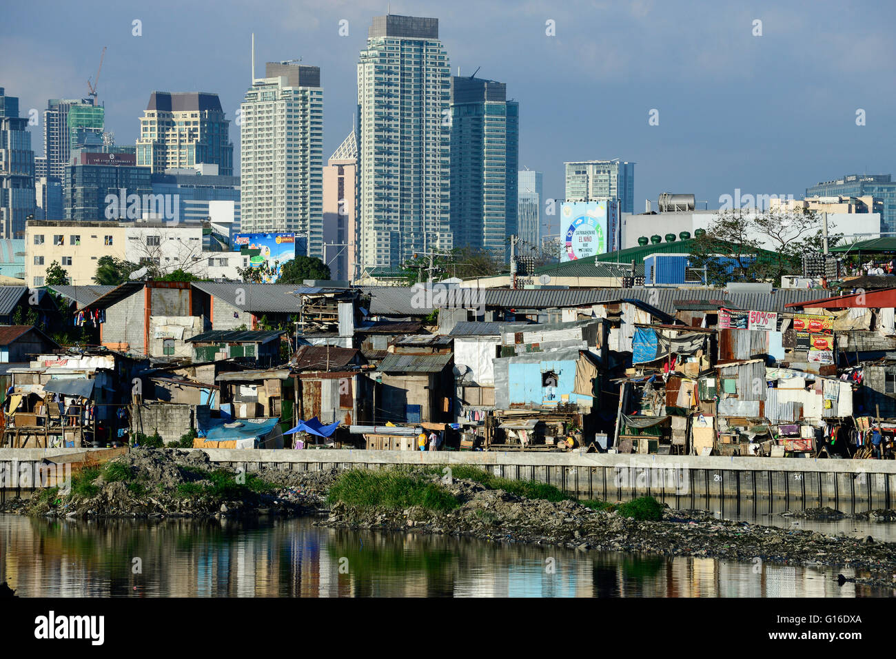 PHILIPPINES, Manila, Pasey, slum and construction of appartment towers / PHILIPPINEN, Manila, Pasey, Slumhuetten - Stock Image