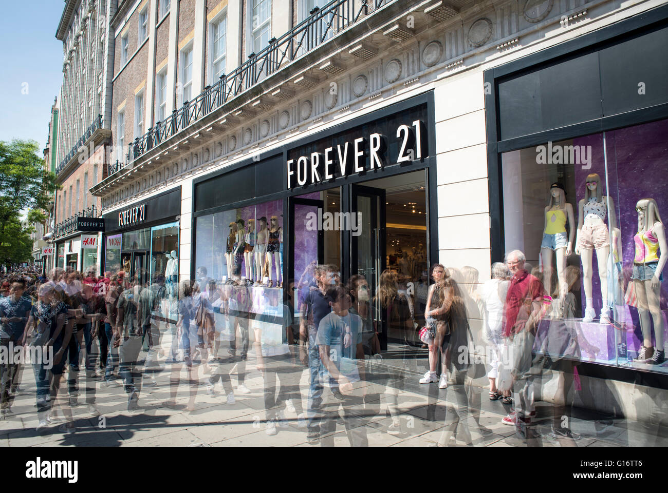 Blurred shoppers in London's Oxford Street by the Forever 21 store - Stock Image