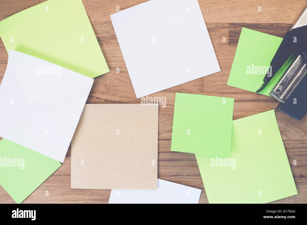 blank memos on a wood tabletop - Stock Image