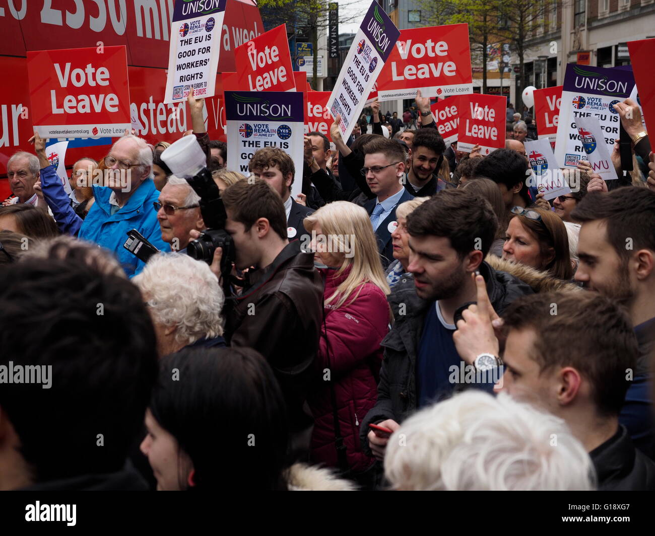 Exeter UK 11 May 2016 Brexit Battle Bus arrives in Exeter. demonstrators supporters demonstrate © Anthony Collins/Alamy - Stock Image