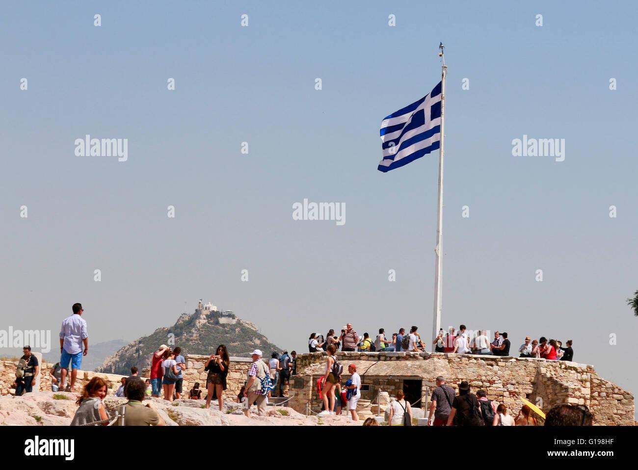 griechische Fahne, Lykabettus/ Lykavittos Huegel von der Akropolis aus gesehen, Athen, Griechenland. - Stock Image