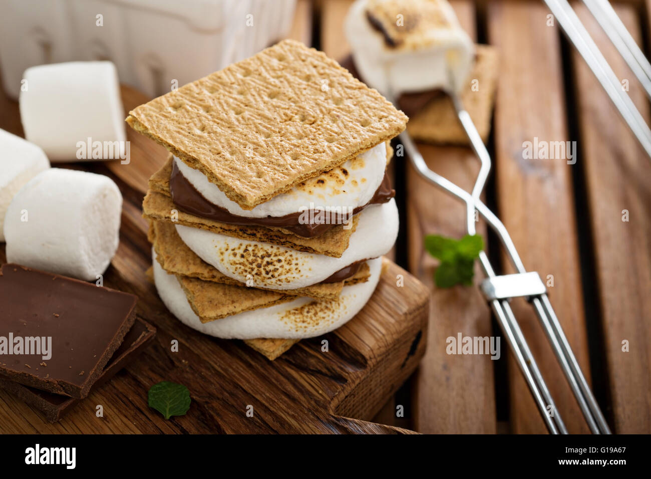 Picnic dessert smores with marshmallows - Stock Image